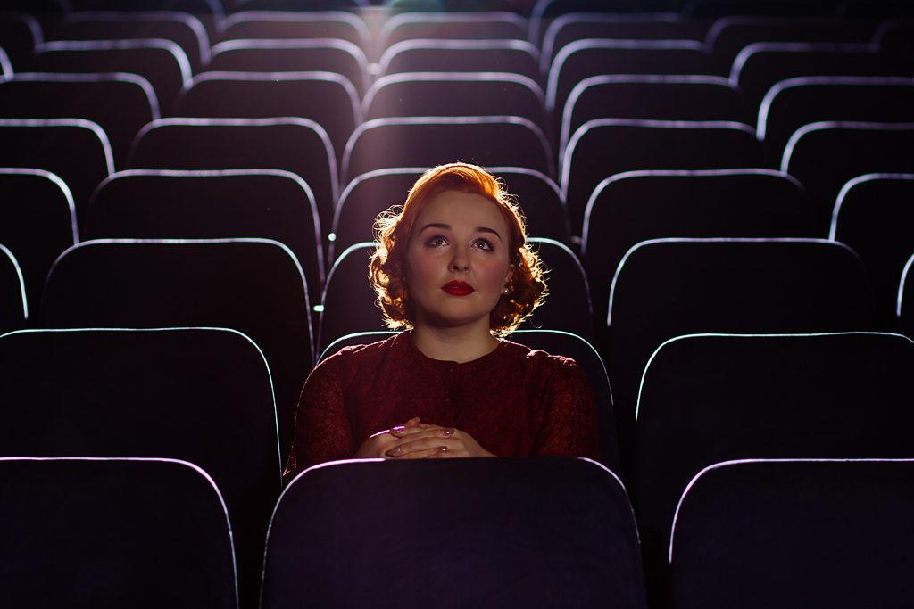 femeile cu studii superioare merg mai des la teatru