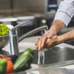 Pui în bucătărie? Spălați-vă pe mâini!
